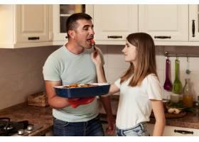 父女俩在厨房做饭_9266403