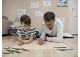 父子俩一起在地板上画画_7732556