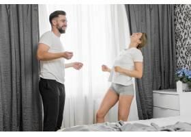 快乐的情侣在室内跳舞_9009879