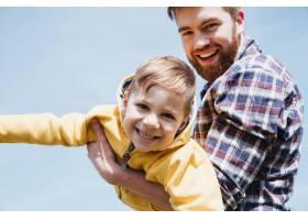 快乐的父亲和他的小儿子在一起玩得开心_7927358