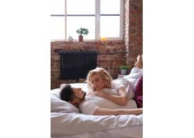 情侣们在床上玩得很开心_9108439
