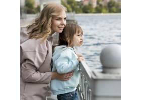年轻人在户外妈妈在看湖_9009718