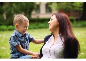 年轻快乐的母亲和她的儿子在一起_8024007