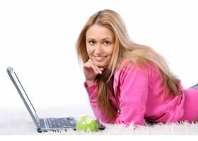 年轻漂亮的女孩手持笔记本电脑_7630001