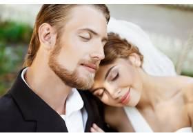 年轻漂亮的新婚夫妇闭着眼睛微笑享受着_7599792