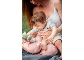 年轻漂亮的母亲和她的小儿子坐在一起_8821658