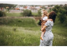 年轻的母亲带着小女儿在公园里_8828180