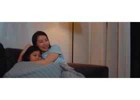 年轻的亚洲家庭和女儿晚上在家看电视韩国_6142528