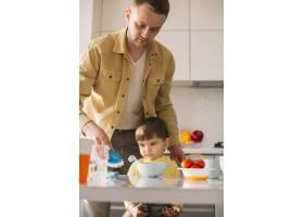 父子俩准备就餐_7500258
