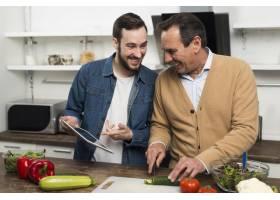 父子俩在厨房做沙拉_6881351