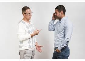 父子争吵的中等镜头_6644596