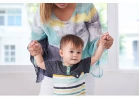 母亲和她的儿子一起玩耍_6766492