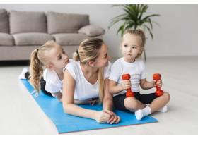 母亲在家中与女儿在瑜伽垫上合影_7435757
