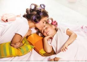 母亲躺在床上的小女孩_7570519