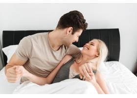 幸福的男人和女人躺在床上拥抱_6819616