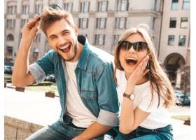 微笑的漂亮女孩和她英俊的男朋友的肖像穿_6629053