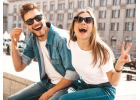 微笑的漂亮女孩和她英俊的男朋友的肖像穿_6629055
