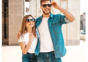 微笑的漂亮女孩和她英俊的男朋友的肖像穿_6629095