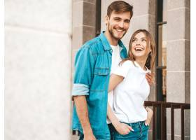 微笑的漂亮女孩和她英俊的男朋友的肖像穿_6629266