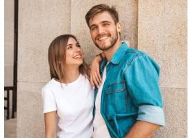微笑的漂亮女孩和她英俊的男朋友的肖像穿_6629288