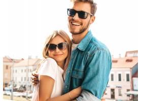 微笑的漂亮女孩和她英俊的男朋友的肖像穿_6629309