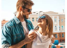 微笑的漂亮女孩和她英俊的男朋友的肖像穿_6629323