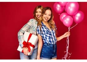 女人们拿着大礼盒和粉色气球摆姿势_6932078