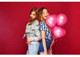 女人们拿着大礼盒和粉色气球摆姿势_6932091