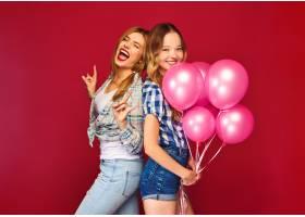 女人们拿着大礼盒和粉色气球摆姿势_6932095