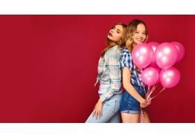 女人们拿着大礼盒和粉色气球摆姿势_6932097