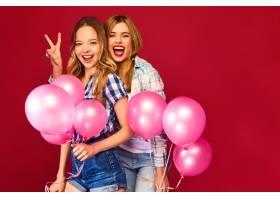 女人们拿着大礼盒和粉色气球摆姿势_6932103