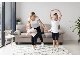 女儿和母亲在家锻炼身体_7435930