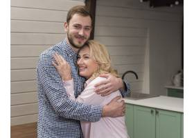 妈妈和儿子在厨房拥抱在一起_6609174