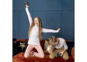 一个女孩在和她的兄弟玩电子游戏时获胜_6748763