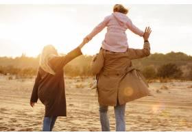 一个幸福的家庭与女儿共度时光的肖像_7338907