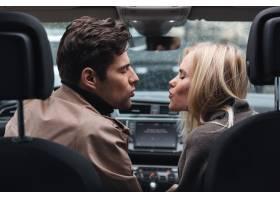 一对恩爱的情侣坐在车里闭着眼睛接吻_6873810