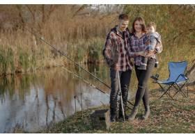 一家人在钓鱼的早晨坐在河边_7169666