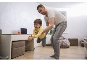 父子俩在客厅里玩耍_7496322