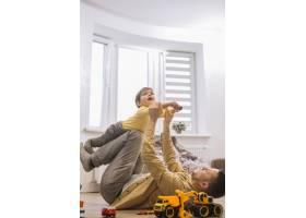 父子俩在客厅里玩耍_7496346