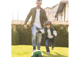 父子俩在户外玩耍_7553351