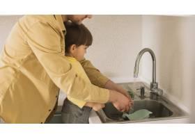 父子俩清洗餐具和盘子_7500250