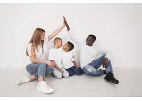 父母与孩子在室内共度时光_7132071