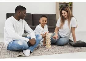 父母和儿子一起玩游戏_7132041