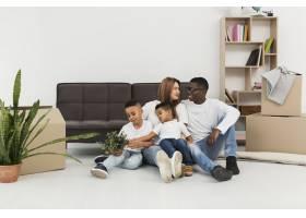 父母和孩子一起呆在家里的地板上_7132057