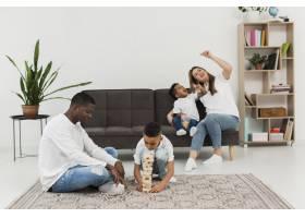父母和孩子一起玩木塔游戏_7132047