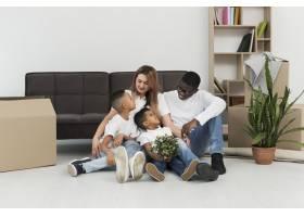 父母和孩子一起躺在地板上_7132075