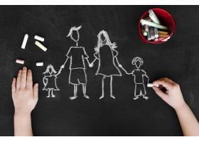 父母和孩子在黑板上的顶视粉笔画_7405121