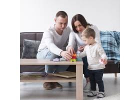 父母在家中带着孩子玩耍的前景_7089364