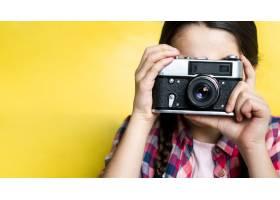 用复古相机拍照的年轻女孩_7070847