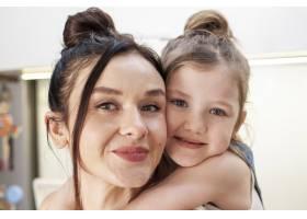 特写可爱的年轻女孩拥抱母亲_7146686
